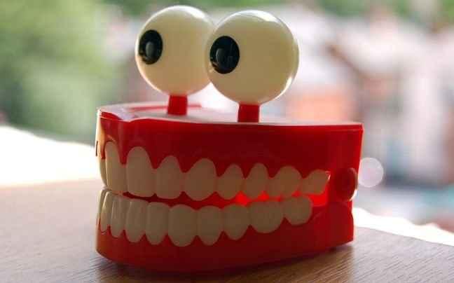 Όσα καταναλώνουμε και κιτρινίζουν τα δόντια