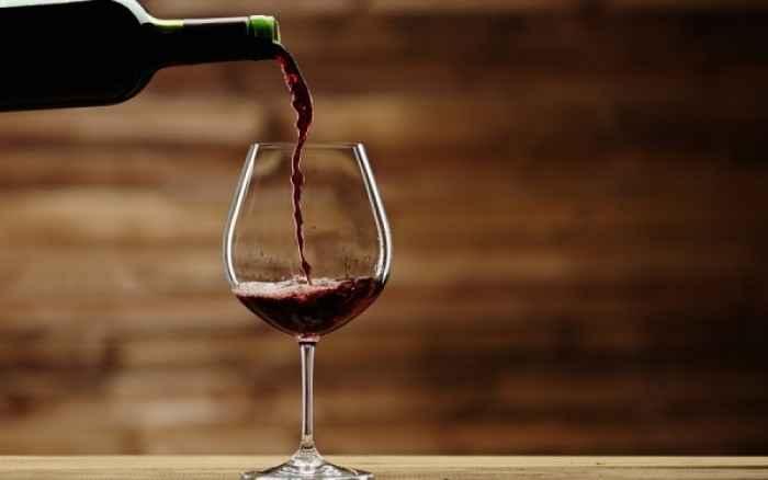 Δείτε από τι κινδυνεύετε αν πίνετε πολύ κρασί