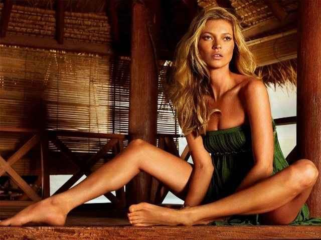 Η Kate Moss γυμνή στη θάλασσα
