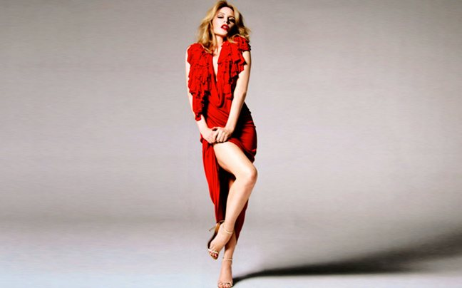 Η Kylie Minogue μόνο με την πετσέτα