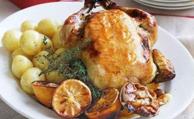 Κοτόπουλο στο φούρνο με πατάτες baby και θυμάρι