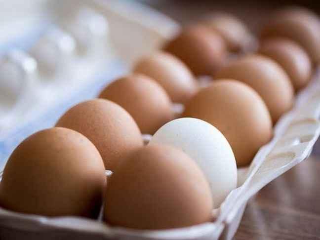 Ξεφλουδίστε εύκολα τα βρασμένα αυγά