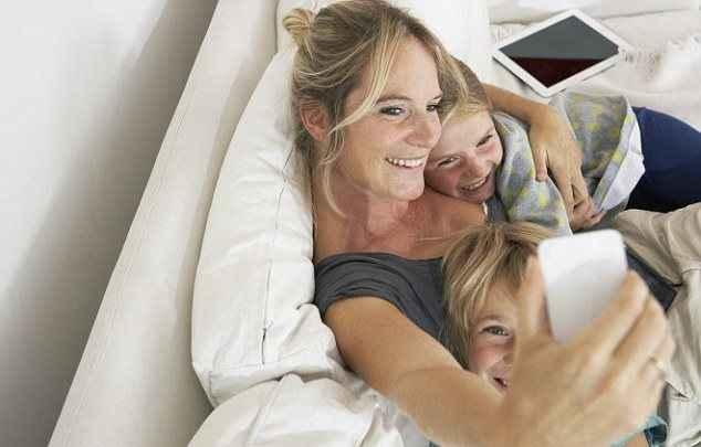 Πότε οι γονείς αρχίζουν να γίνονται... «sharents»