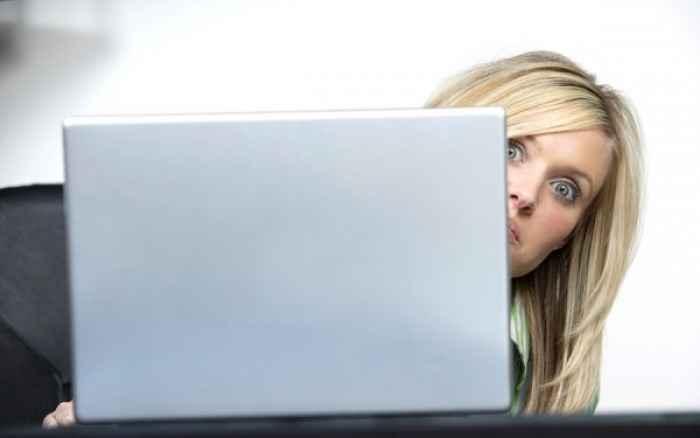 Πώς θα προφυλάξετε τα μάτια σας από όσα προκαλούν οι οθόνες