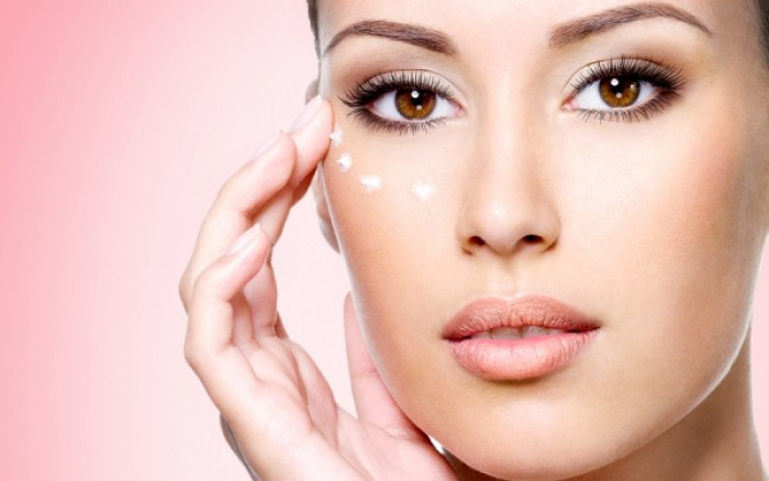 Πώς θα φτιάξετε σπιτική κρέμα ματιών