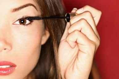 Συμβουλές μακιγιάζ που «κρύβουν» την κούραση
