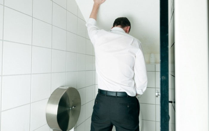 Τσούξιμο κατά την ούρηση: Πού οφείλεται