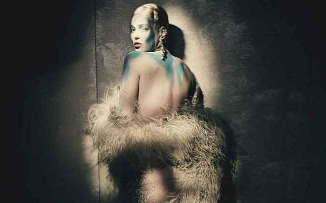 Τόπλες και προκλητική η Kate Moss