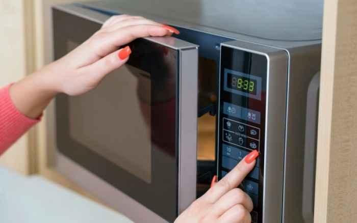Φούρνος μικροκυμάτων: Πώς θα ζεστάνετε και θα μαγειρέψετε το φαγητό με ασφάλεια