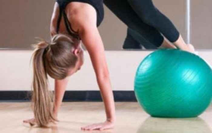 5 απλές ασκήσεις για γράμμωση σε όλο το σώμα με μπάλα γυμναστικής