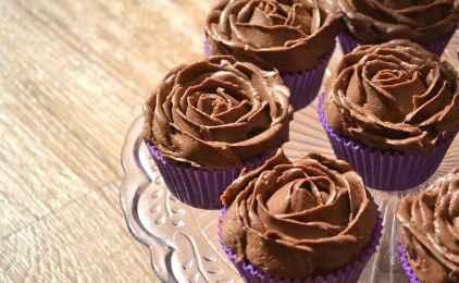 Cupcakes με πραλίνα φουντουκιού και καφέ