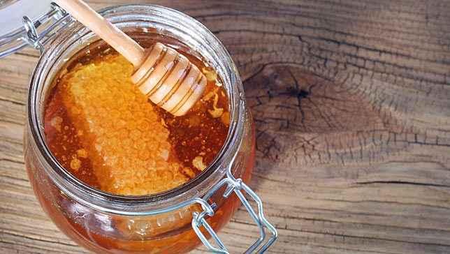 Αλάτι και μέλι για σύσφιξη της επιδερμίδας