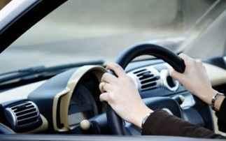 Γιατί πρέπει να πίνετε νερό όταν οδηγείτε