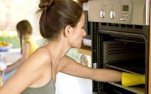 Πώς καθαρίζουμε το φούρνο χωρίς χημικά