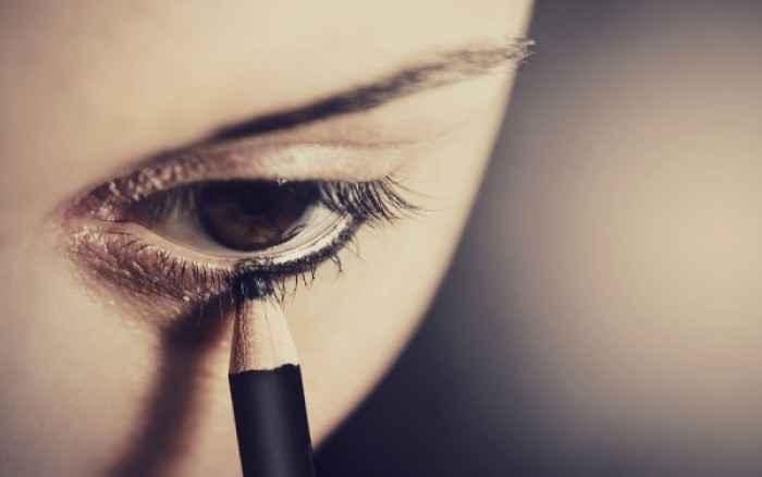 Πώς να βάζετε μολύβι ματιών για να μην ερεθίζετε τα μάτια σας