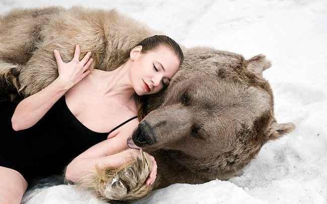 Σέξι Ρωσίδες ποζάρουν με… αρκούδες
