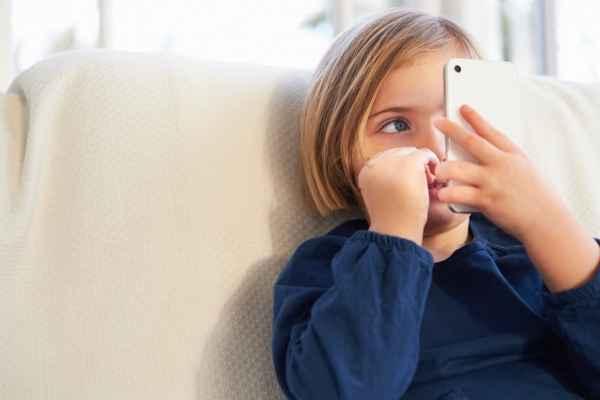 6 λόγοι για να μην αγοράσετε στο παιδί σας Smartphone