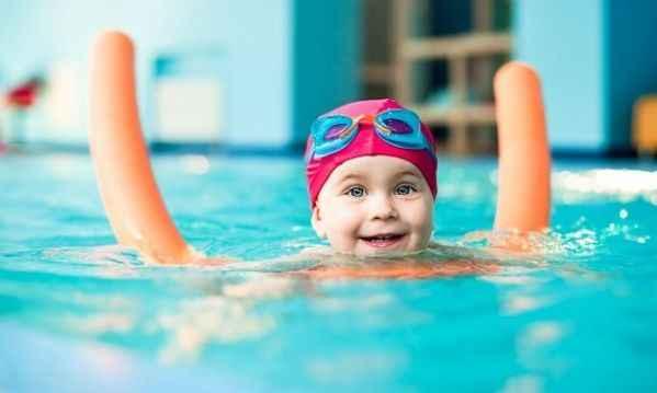 Ώρα για θάλασσα; Έτσι θα μάθετε στο παιδί σας να κολυμπάει!