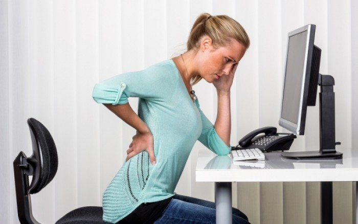 Κάθεστε όλη μέρα; Δείτε πώς θα μειώσετε τον κίνδυνο πρόωρου θανάτου