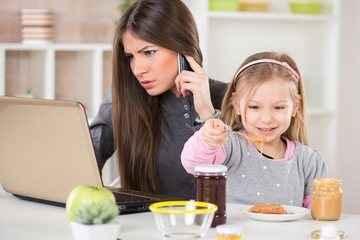 Μακριά τα κινητά όταν επιβλέπουμε παιδιά
