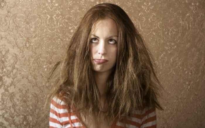 Μαλλιά που φριζάρουν; «Δαμάστε» τα με αυτά τα απλά βήματα!