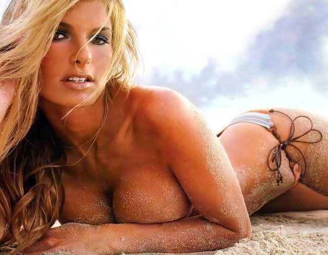 Μια ξανθιά πάνω στην… ξανθιά άμμο