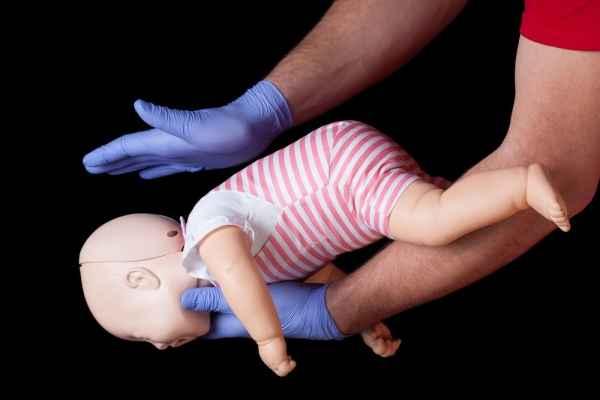 Τι να κάνετε όταν το μωρό σας πνίγεται