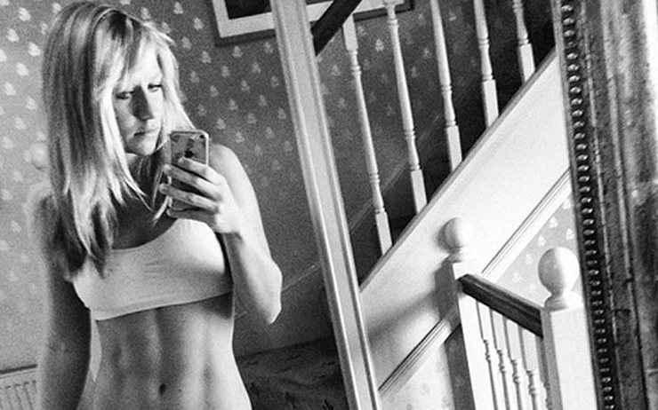 Το μοντέλο-δημοσιογράφος με τις σέξι selfies