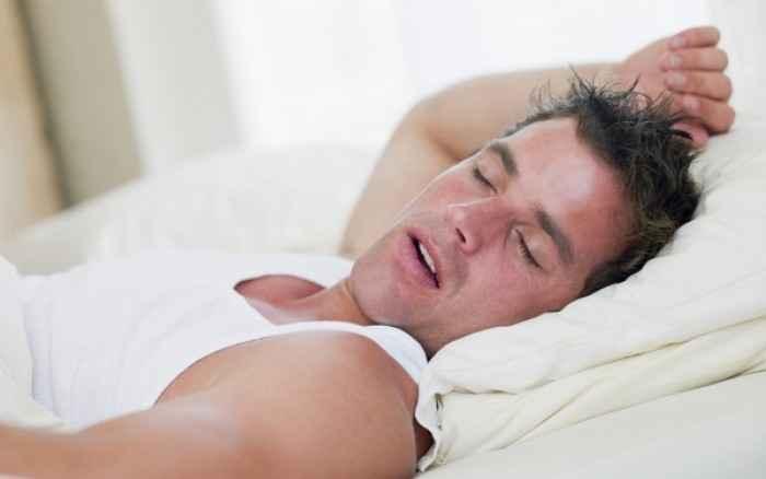 Υπνική άπνοια: Πώς θα καταλάβετε ότι σας κόβετε η ανάσα ενώ κοιμάστε