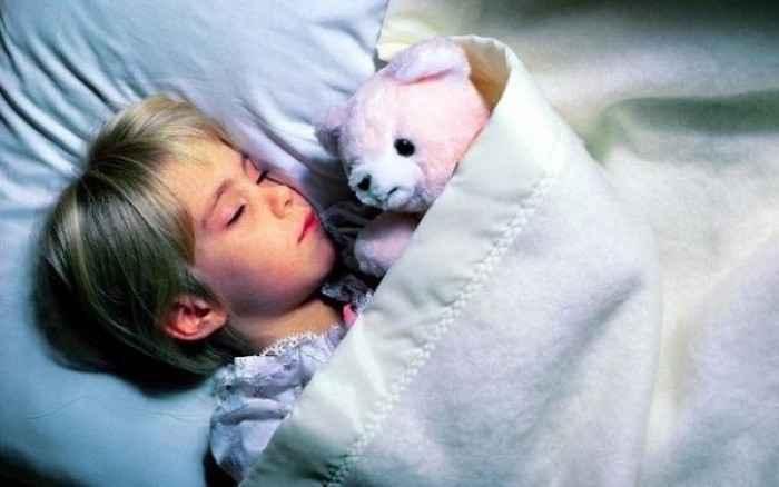 Ύπνος και παιδί: Πόσες ώρες πρέπει να κοιμάται ανά ηλικία και πώς θα ξέρετε αν κοιμάται αρκετά;