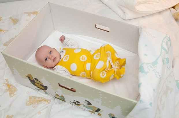 Γιατί τα νεογέννητα στη Φινλανδία κοιμούνται σε χαρτόκουτο