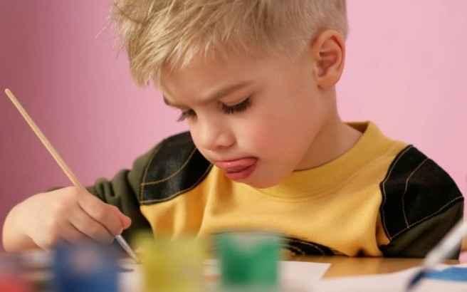 Γιατί τα παιδιά βγάζουν τη γλώσσα τους όταν σκέφτονται