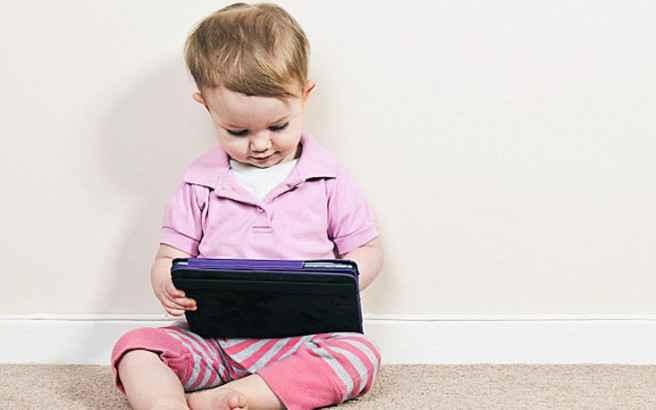 Επιστήμονες προτρέπουν τους γονείς να δίνουν στα μωρά… iPad