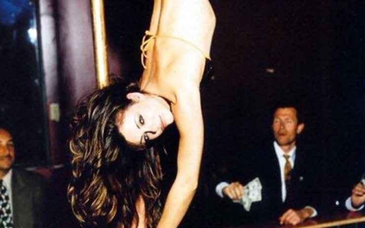 Ηθοποιός κάνει ακροβατικά σε στύλο του στριπτίζ