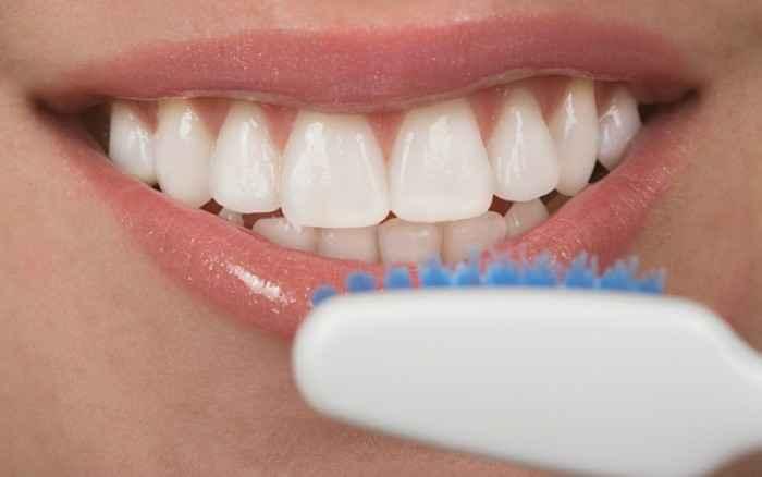 Πρώτα οδοντικό νήμα και μετά βούρτσισμα ή αντίστροφα; Τι λένε οι επιστήμονες