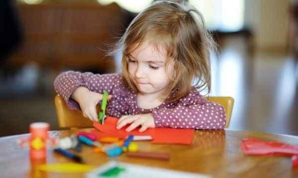 Πώς θα μάθετε στο παιδί σας να χρησιμοποιεί το ψαλίδι!