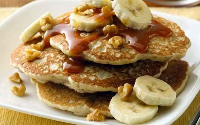 Τηγανίτες με μέλι, μπανάνα και καρύδια