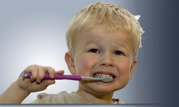 Έτσι θα βουρτσίσετε σωστά τα δοντάκια του παιδιού σας! (βίντεο)