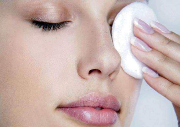 Εύκολοι και φυσικοί τρόποι για να αφαιρέσετε το μακιγιάζ από τα μάτια σας!
