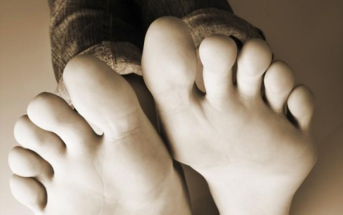 Κακοσμία ποδιών: Τι την προκαλεί και πώς θα απαλλαγείτε (βίντεο)