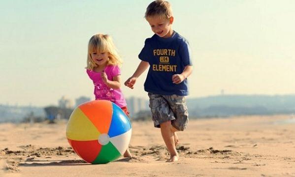 Οδηγός ασφαλείας για γονείς: Έτσι θα κρατήσετε το παιδί σας ασφαλές στην παραλία!