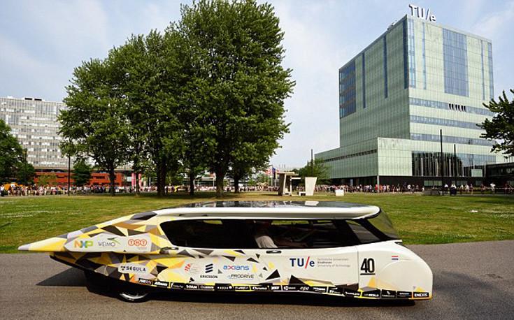 Το τετραθέσιο, οικογενειακό, ηλιακό αυτοκίνητο από μια ομάδα φοιτητών