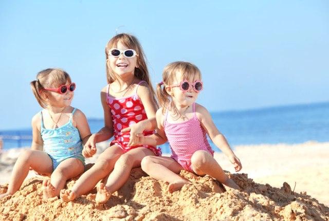 10 ατάκες που λένε οι μαμάδες στα παιδιά στην παραλία