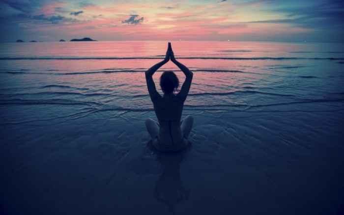 Yoga στο σπίτι: Ασκήσεις για να καταπολεμήσετε το άγχος
