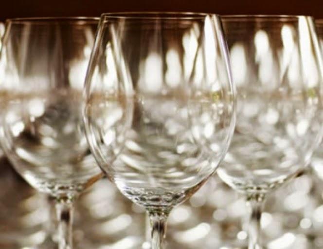 Ένας μοναδικός τρόπος για να κάνετε τα κρυστάλλινα ποτήρια σας να λάμπουν!