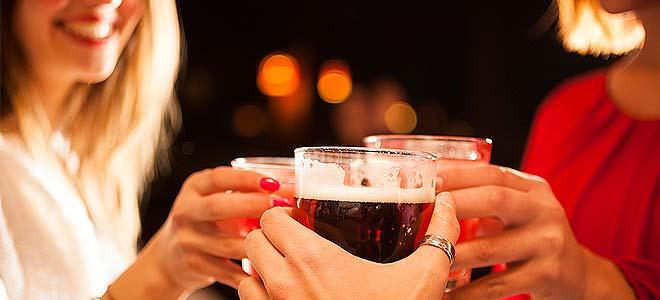"""Αλκοόλ στα """"ηντα"""": Οι άντρες πίνουν πιο συχνά από τις γυναίκες"""