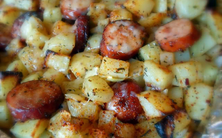 Γαλλικές πατάτες με λουκάνικα στο φούρνο