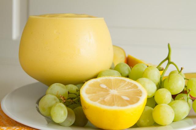 Δροσερό smoothie με γιαούρτι, μάνγκο και σταφύλι