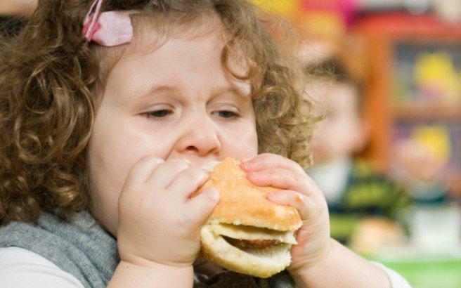 Η παχυσαρκία «απειλεί» περισσότερο τις πρωτότοκες κόρες