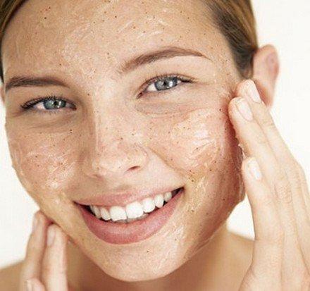 Καθαρίστε και απολεπίστε το πρόσωπό σας σε πέντε λεπτά!